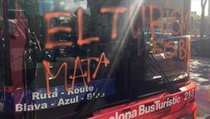 Estado en el que quedó un bus turístico tras elasalto del jueves pasado.