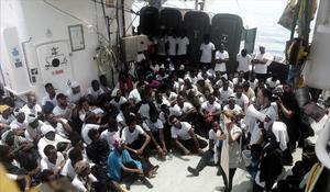 Decenas de inmigrantes en el 'Aquarius', el pasado junio.