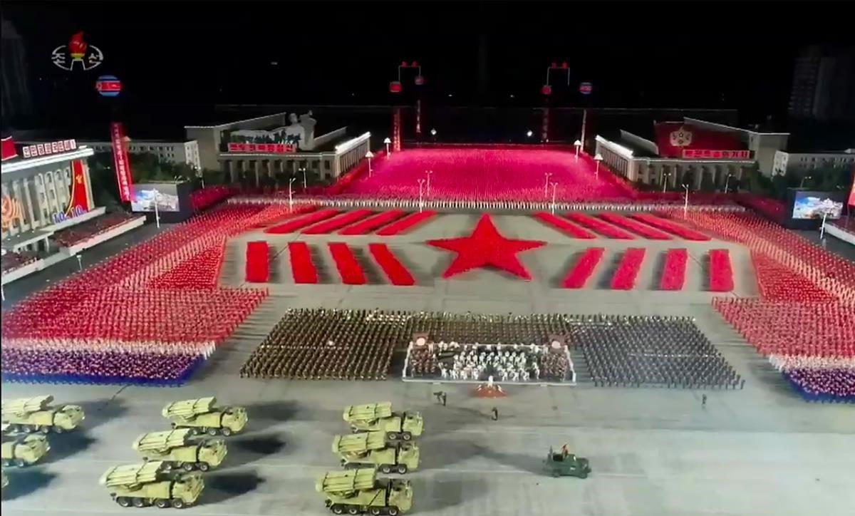 Imagen televisiva del desfile en Pionyang.