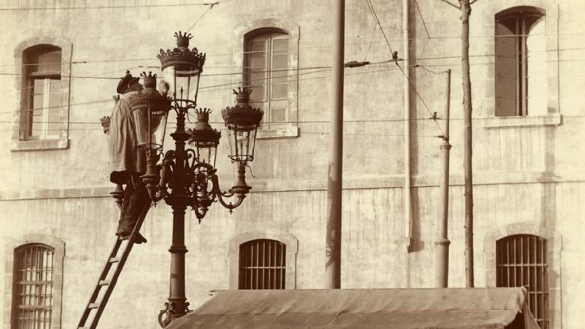 Operarios arreglando un fanal de la Rambla en 1907.