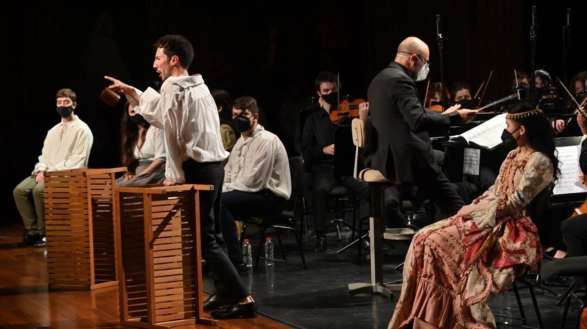 El barítono Enrique Padillaen su aplaudido rol de la ópera 'I due gobbi', el viernes en el Liceu.