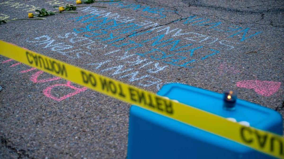 Flores y velas en un memorial en recuerdo a las víctimas de un tiroteo en un instituto de Colorado, Estados Unidos.