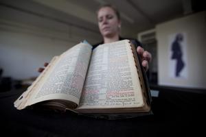La bíblia d'Elvis que s'ha subhastat a Londres.