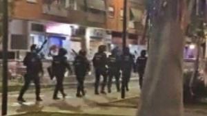 Agentes antidisturbios instantes antes de disolver la 'campal' de la localidad valenciana de Mislata, en diciembre pasado.