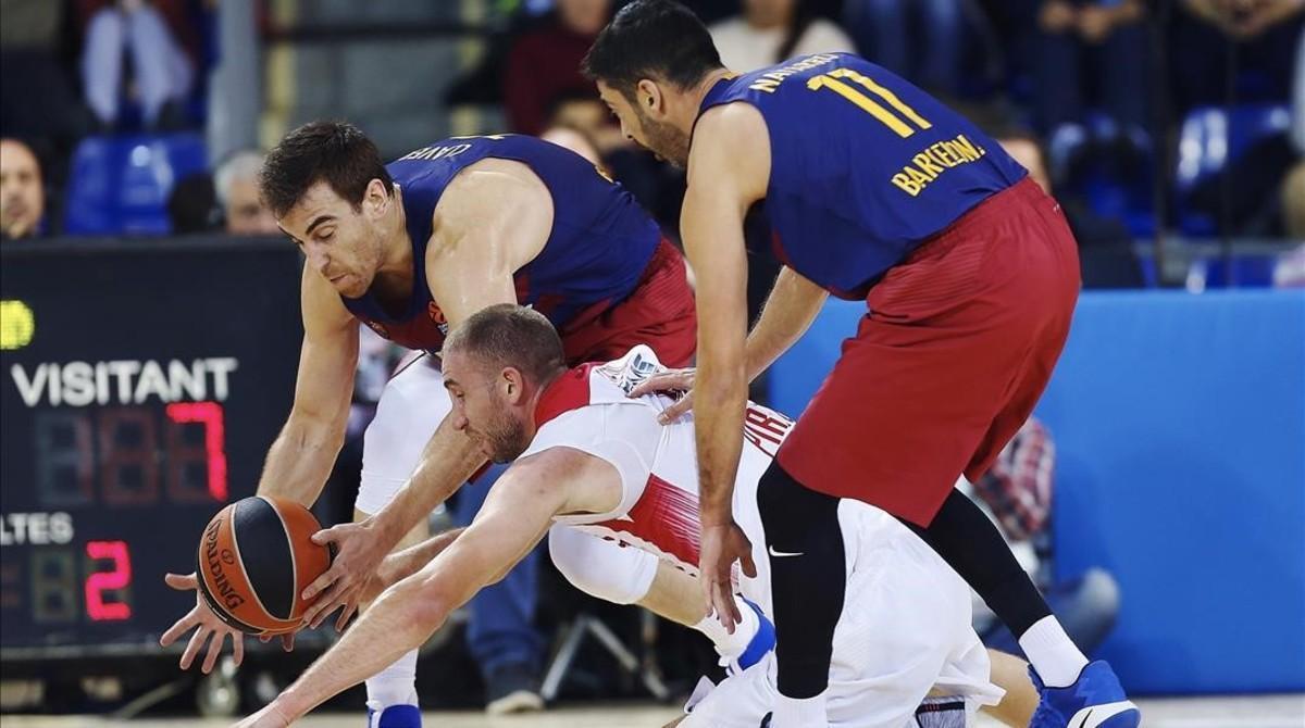 Claver y Navarro disputan el balón a Lojeski, del Olympiacos.