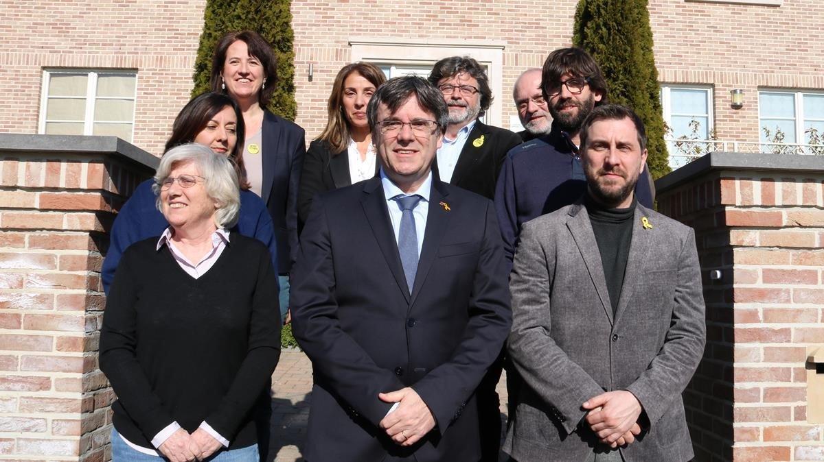 Foto de familia de los miembros del Consell de la República, con Puigdemont en el centro y Meritxell Budó detrás de él.