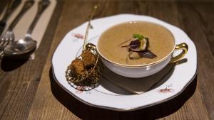 Naiara Núñez,chef del restauranteLa Soperí,explica cómo hace la sopa de setas.