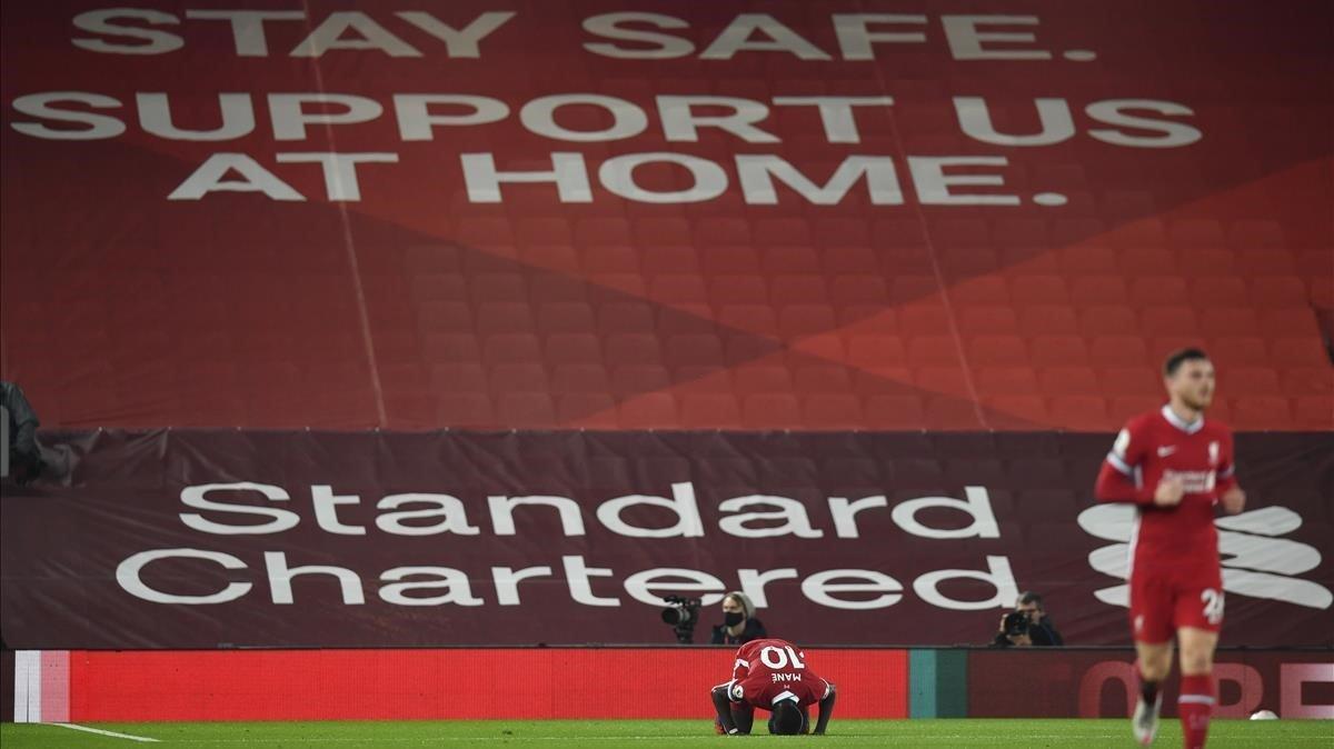 Sadio Mane, en un vacío Anfield.