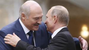 El presidente bielorruso, Aleksándr Lukashenko, y el ruso, Vladímir Putin, se saludan durante un encuentro en el 2017.