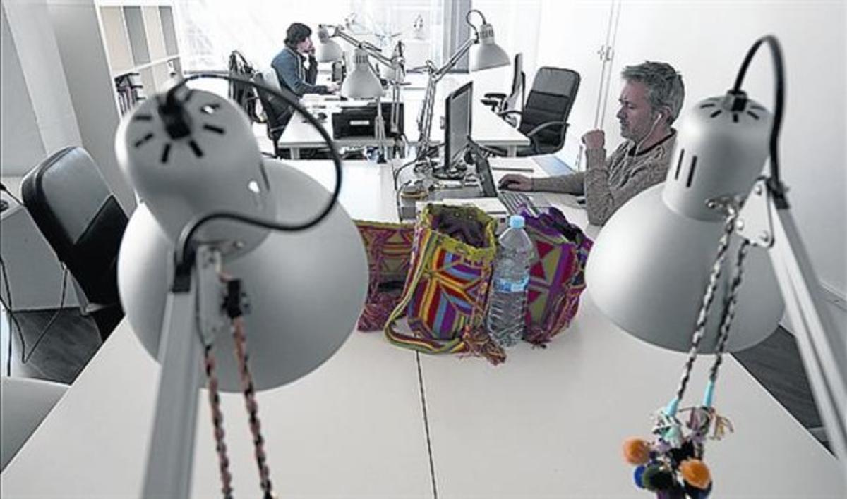 Mesas de trabajo en un centro de 'coworking' de Barcelona.