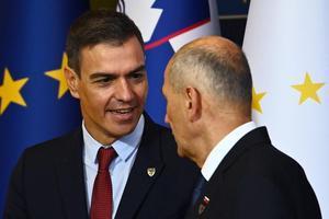 El presidente del Gobierno, Pedro Sánchez, es recibido por el primer ministro esloveno, Janez Jansa, para la cumbre UE-Balcanes Occidentales en el Brdo Congress Centre, cerca de Liubliana, este 6 de octubre de 2021.