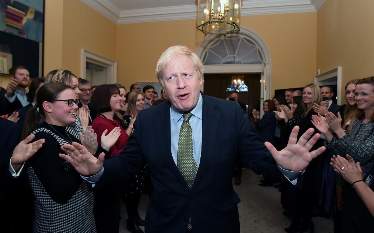 Boris Johnson, aplaudido al entrar en la residencia oficial de Downing Street, en Londres.