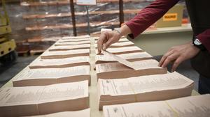 Un operario trabaja en los preparativos de las elecciones del 2015.