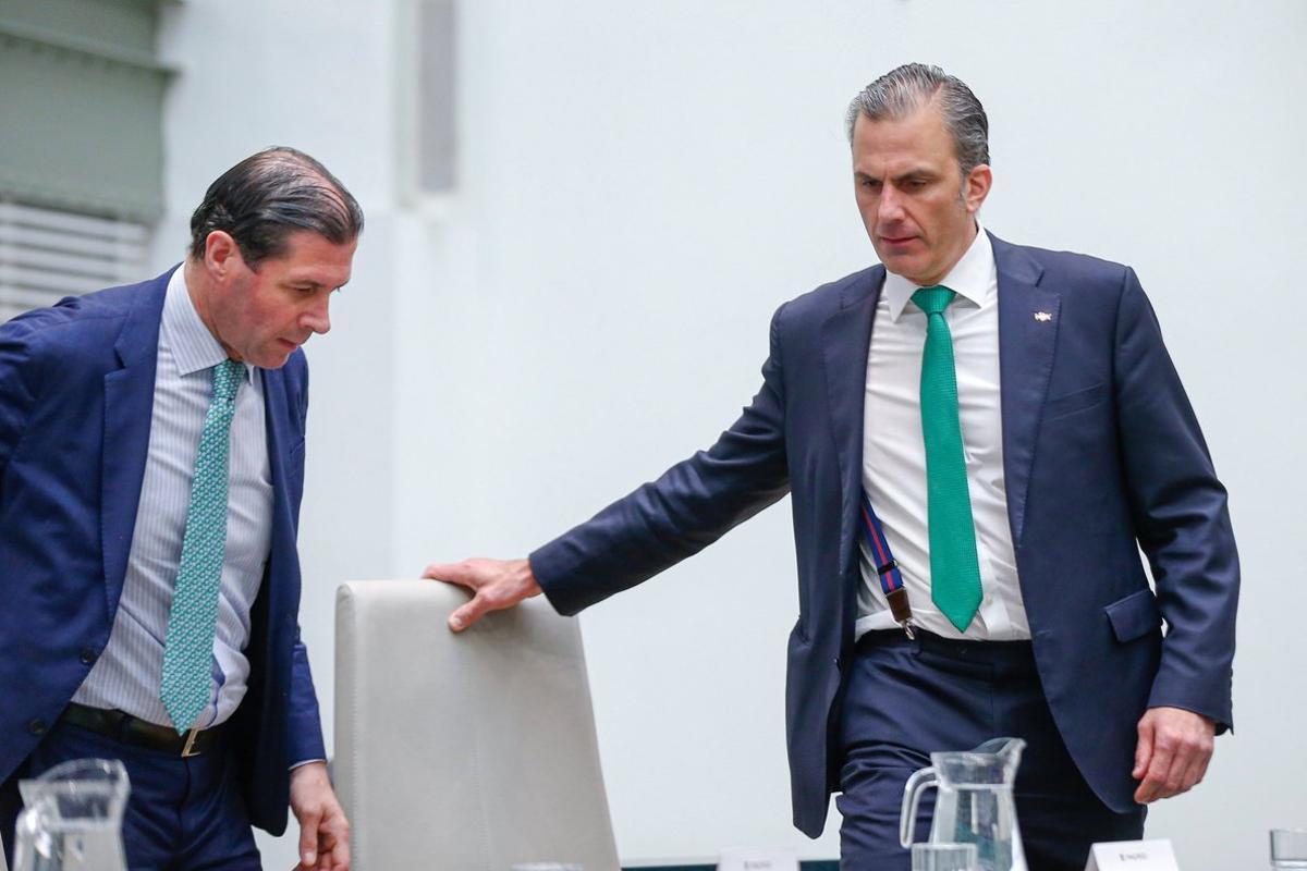 El secretario general de Vox, Javier Ortega Smith (derecha), y Pedro Fernández, en el pleno de constitución del Ayuntamiento de Madrid.