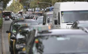 Atasco en la Diagonal, una situación común que afecta al transporte público.