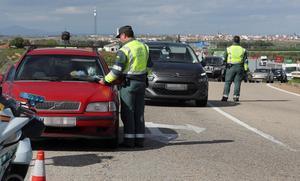 Miembros de la Guardia Civil realizan un control de tráfico en la A-5 a la salida de Madrid para evitar desplazamientos innecesarios con motivo del 1de Mayo.