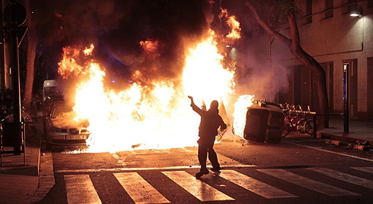 Dos coches y varios contenedores arden en los choques entre 500 manifestantes y los Mossos.