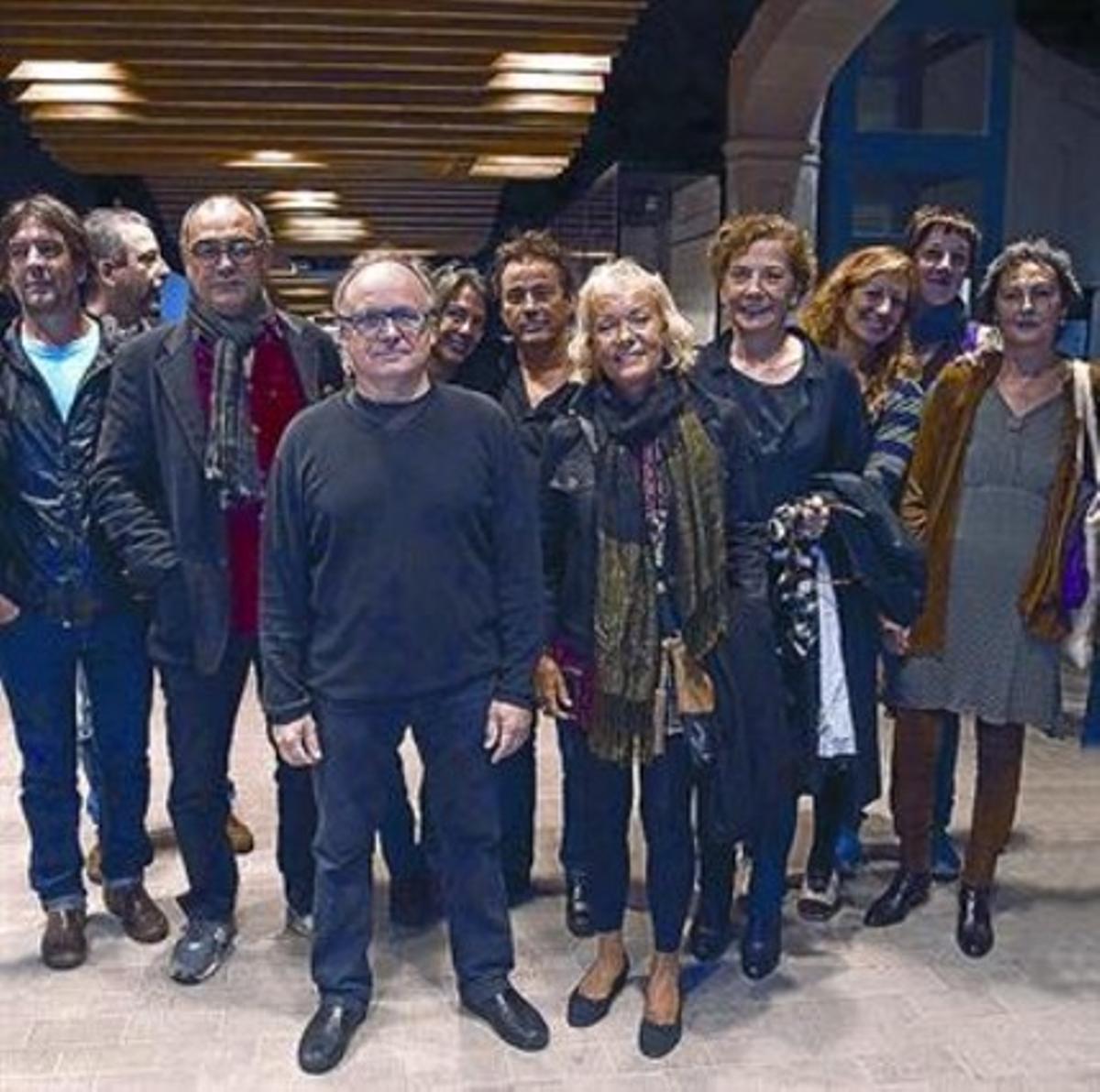 Pep Tosar, con camisa roja, con actores y autores del proyecto, el lunes.