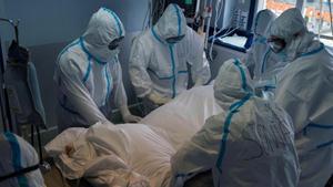 Personal sanitario atiende a un enfermo de covid-19.