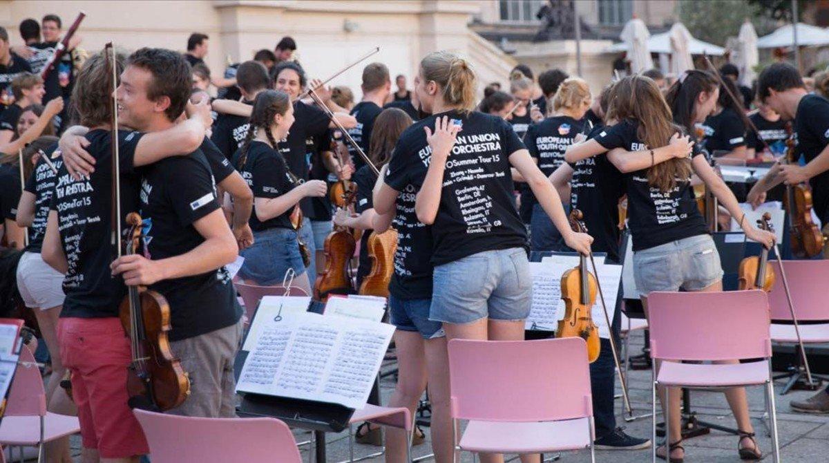 Integrantes de la Joven Orquesta de la Union Europea (EUYO),al final de un ensayo durante la gira de verano del 2015