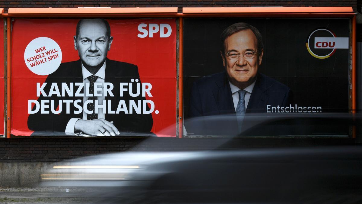 Carteles de los principales candidatos, el socialdemócrata Olaf Scholz y el conservador Armin Laschet, en Berlín.