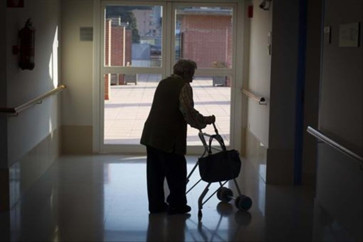 Una mujer mayor,en una residencia.