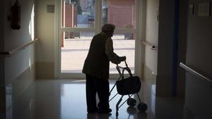 ¿Què cal fer per visitar un familiar en una residència de gent gran? Així és el nou protocol a Catalunya