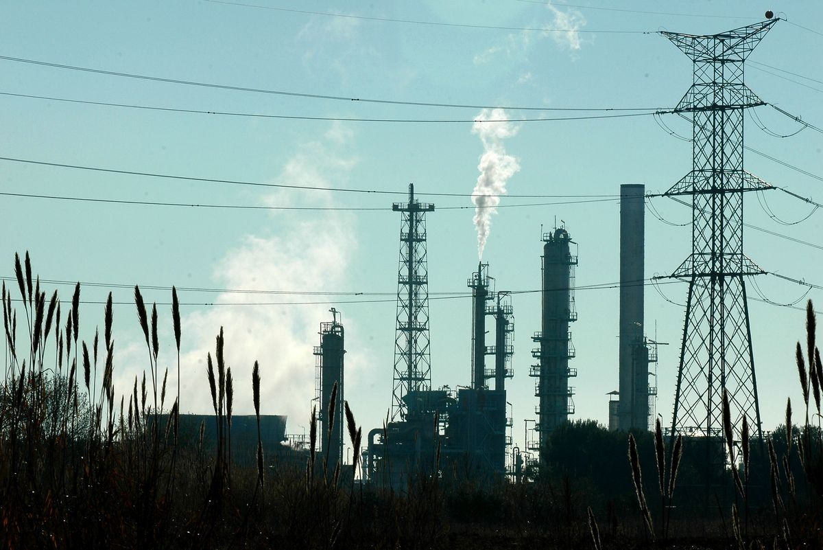 Torre de alta tensión junto al complejo petroquímico de Tarragona.
