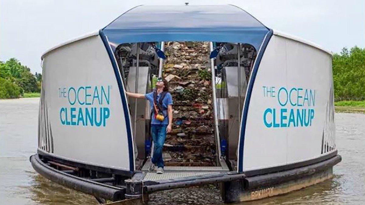 Boyan Slat, en su barcaza de 'The Ocean CleanUp'.