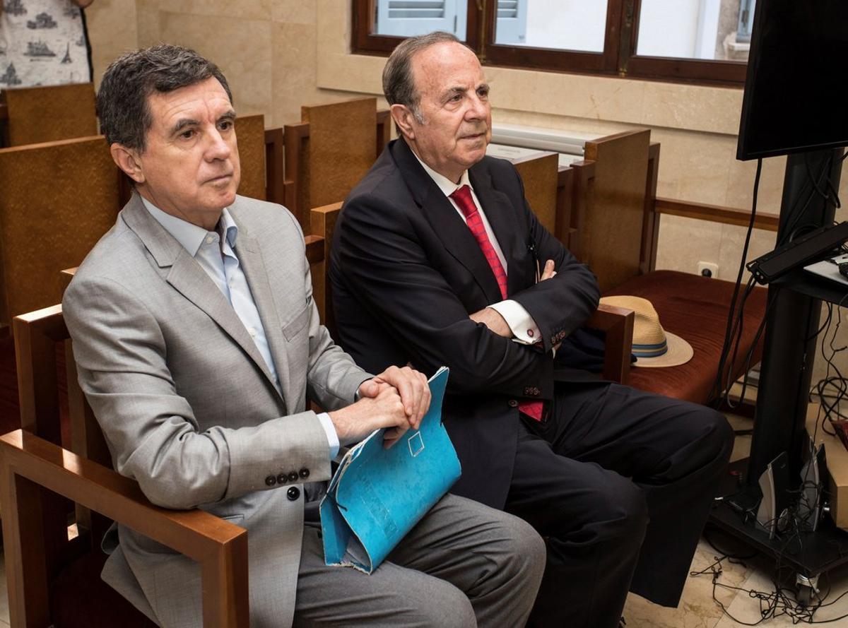 El expresidente del Govern balear Jaume Matas (i) y el exconseller de Interior y antiguo delegado del Gobierno José María Rodríguez (d), durante el juicio por el 'caso Over' en la Audiencia de Palma de Mallorca.