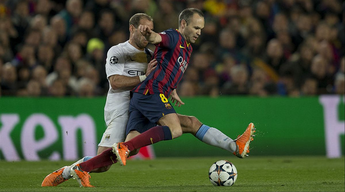 Zabaleta trata de cortar el paso a Iniesta.