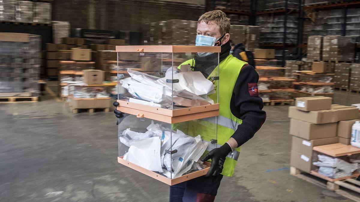 Urnas y material de protecciónpreparados en los talleres municipales del Ayuntamiento de Barcelona para la jornada electoral del 14-F.
