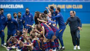 Lluís Cortés acude a hacerse la foto con sus jugadoras y staff tras pasar a la final de la Champions.