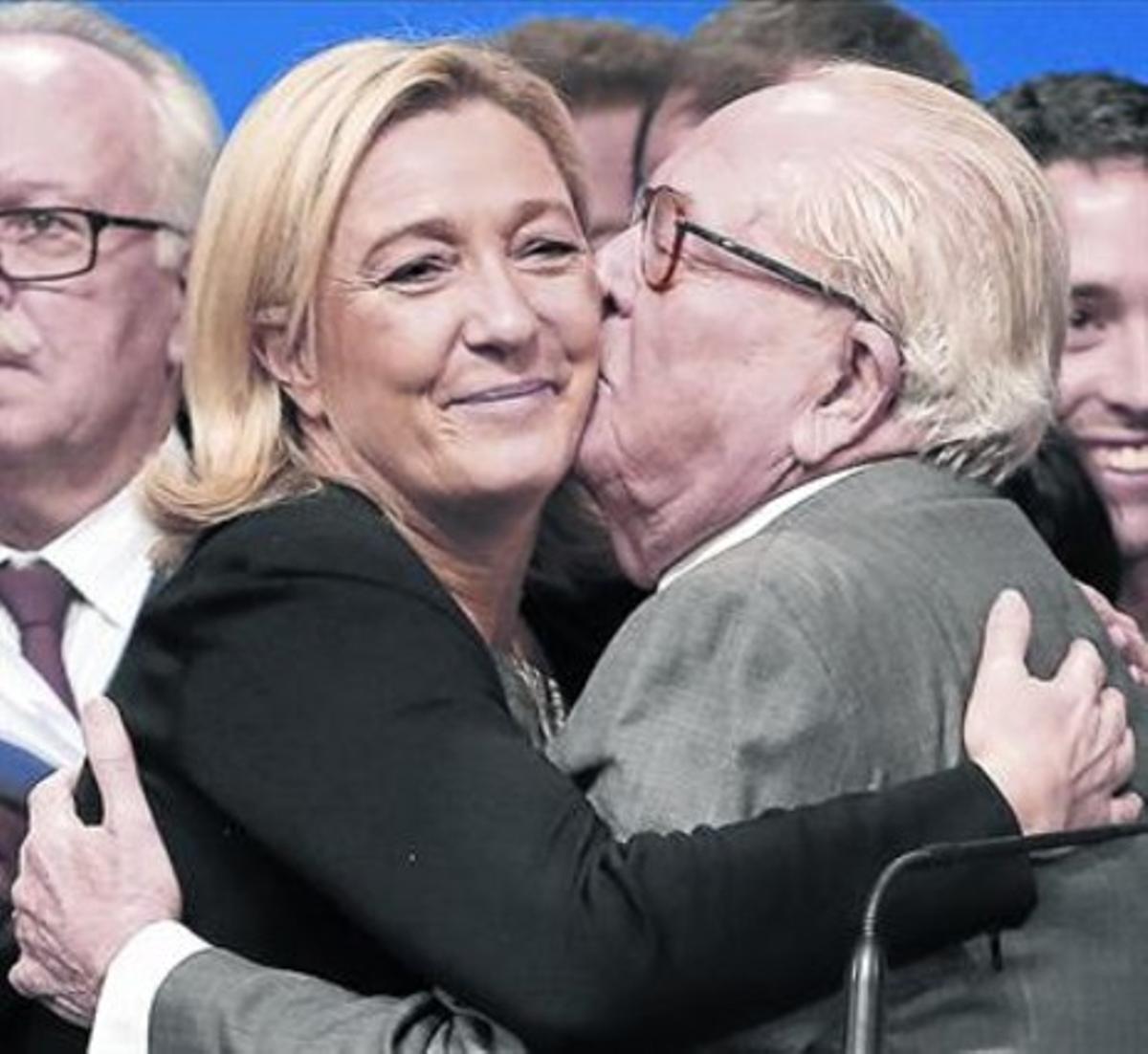 Cercanía 8 Marie Le Pen besa a su padre, Jean Marie.