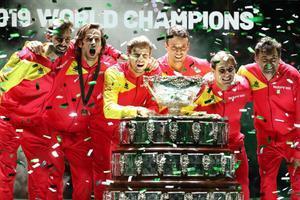 Los jugadores españoles posan con el trofeo de la sexta Davis lograda en Madrid
