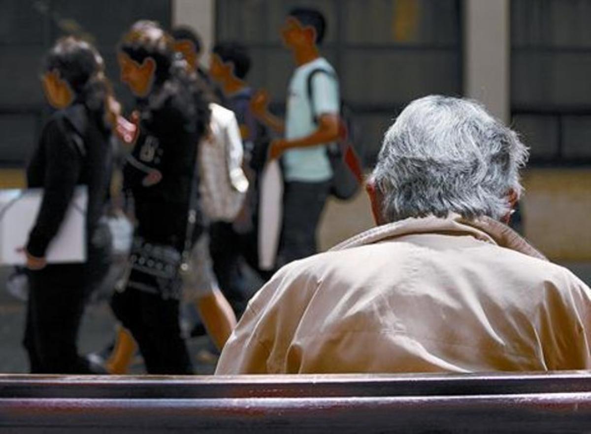 Soledad 8 Un jubilado, en un banco del recinto de la Escola Industrial de Barcelona.