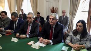 Dastisacompanado por el embajador espanolLópez Busquetsdurante su participacion este jueves en una reunion con empresarios espanoles en la embajada de Españaen Teherán.