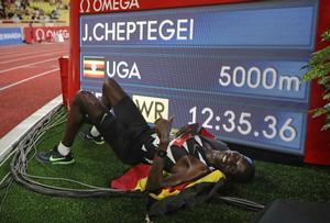 Cheptegei posa junto a su nueva plusmarca mundial en Mónaco.