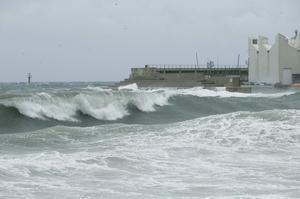 La playa barcelonesa durante un temporal de levante.