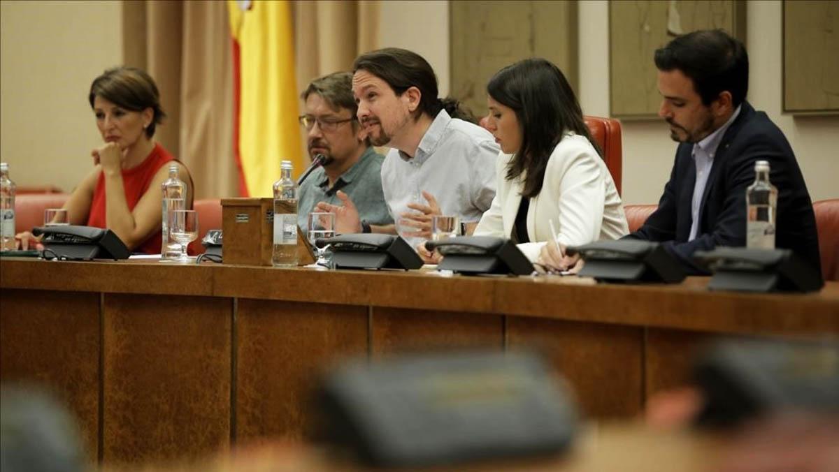 Pablo Iglesias, Irene Montero,Alberto Garzón, Xavier Domenech y Yolanda Díaz, dirigentes de UnidosPodemos y sus confluencias,durante una reunión en el Congreso de los Diputados.