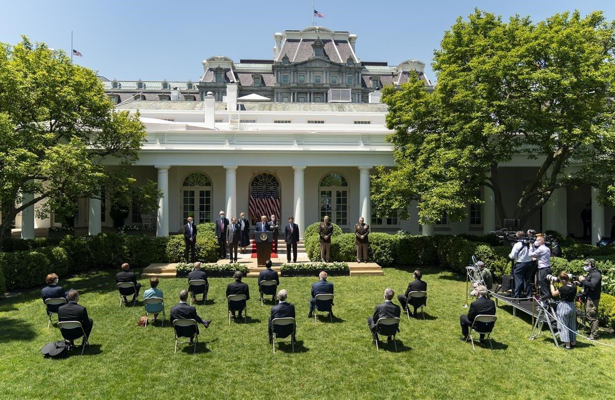 El presidente Donald Trump, ofrece una actualización sobre el desarrollo de la vacuna contra el coronavirus, en el Jardín de las Rosas de la Casa Blanca.