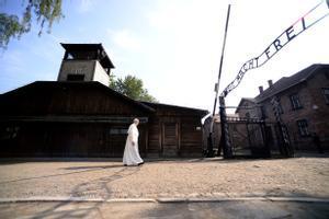 El Papa resa al camp d'extermini nazi d'Auschwitz.