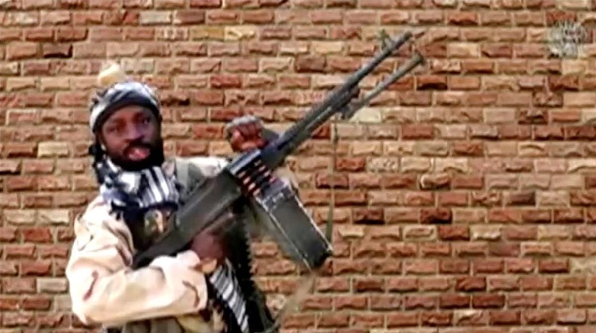 Abubakar Shekau sosteniendo un arma.