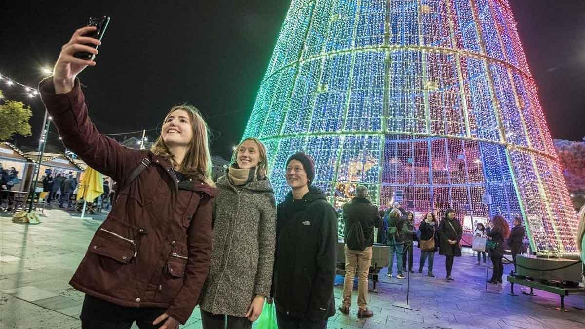 España bate récords de turistas pese a la caída de los principales emisores. En la foto, turistas en la feria de Navidad del Port Vell, en Barcelona.
