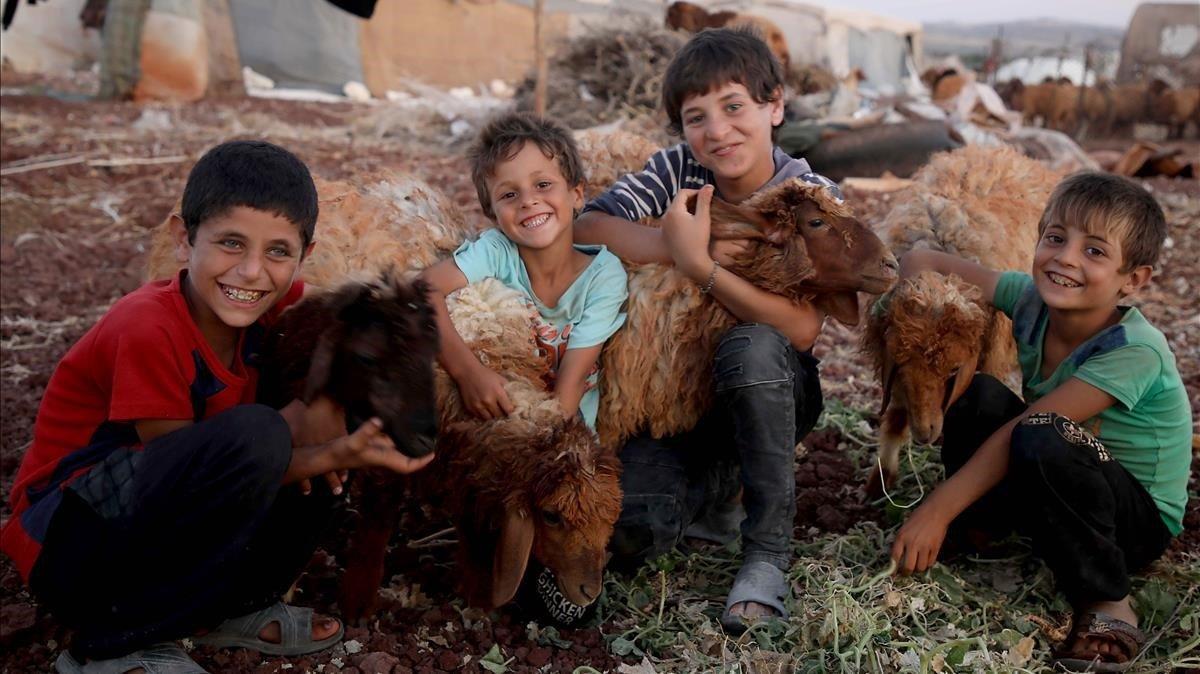 Niños sirios en un campo de refugiados en Idlib.