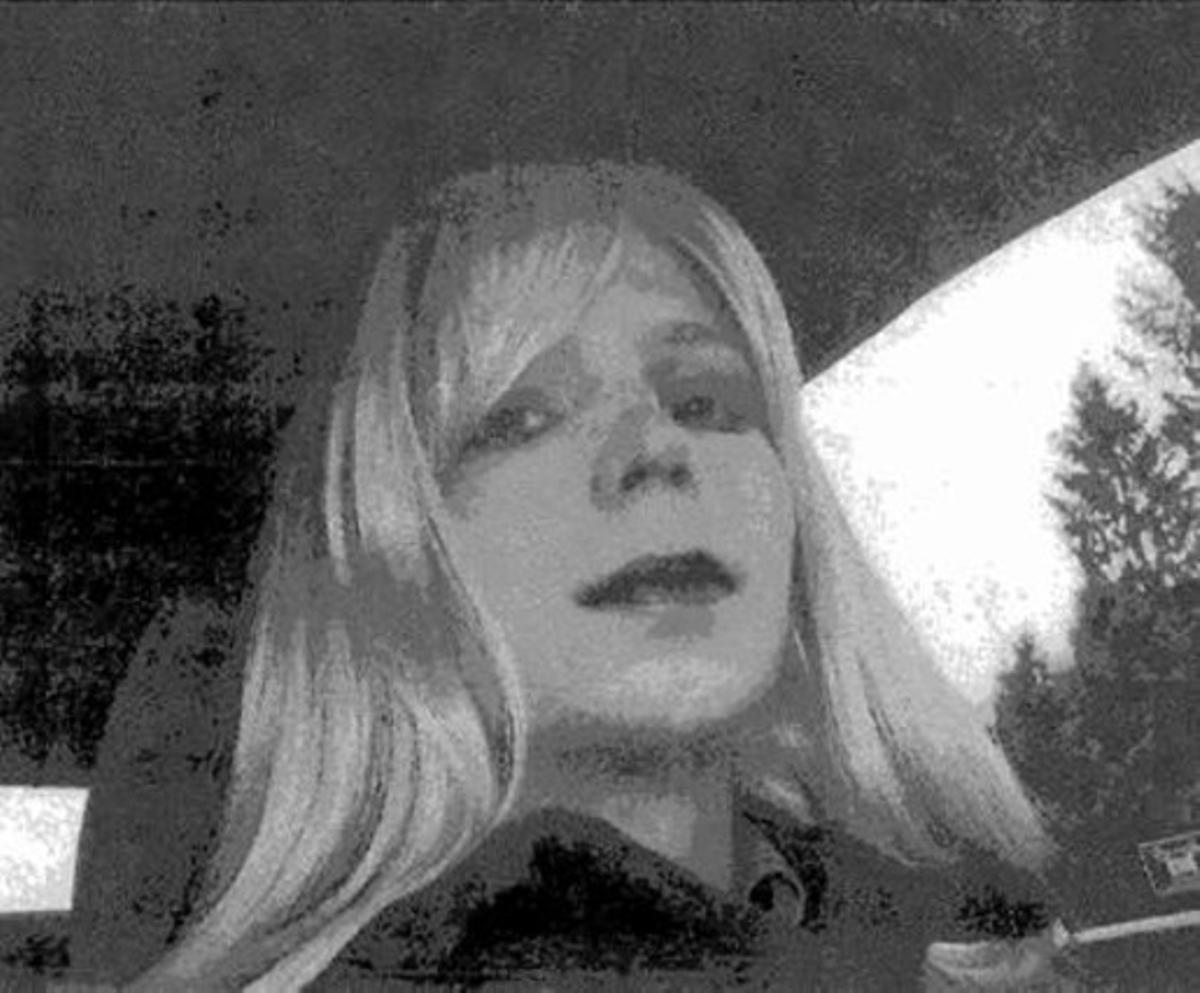 Con peluca 8 Bradley Manning, vestido de mujer.