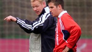 Koeman da instrucciones a Van der Vaart recién llegado al banquillo del Ajax en el 2001.