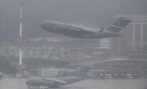 Un avión militar estadounidense despega de la base aérea de Ramstein, en Alemania, durante un día de niebla.