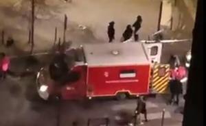 Evacuación en ambulancia de una de las víctimas del tiroteo de Burdeos.
