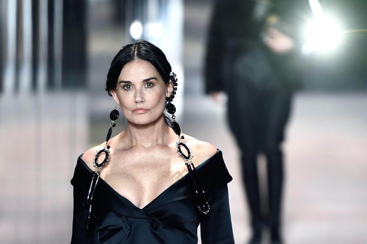La actriz Demi Moore ha desfilado por sorpresa para la colección de alta costura de Fendi en París.